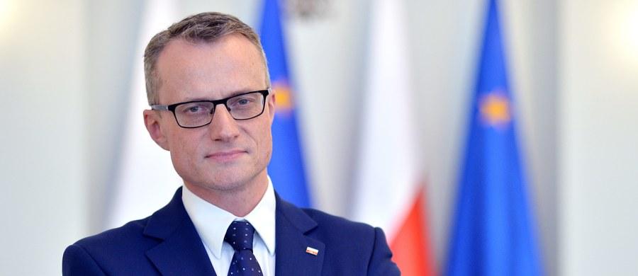 """Szef Biura Bezpieczeństwa Narodowego zapowiada, że polskie F16 są gotowe, by patrolować obszary objęte konfliktem w Syrii. Co to oznacza dla Polski? Jak będzie wyglądało włączenie się Polski w działania przeciwko Państwu Islamskiemu? """"Wstępnie mówiliśmy o działaniach rozpoznawczych, wstępnie mówiliśmy o działaniach szkoleniowych"""" - mówi szef MON. Czy Polska może stać się celem ataków terrorystycznych? Jak dalej będzie wyglądała Narodowa Rada Rozwoju? Ostatnio z członkostwa zrezygnował prof. Ryszard Bugaj, który prawdopodobnie nie będzie ostatnim z odchodzących. Co na to prezydent? We wtorek gościem Konrada Piaseckiego w Kontrwywiadzie RMF FM będzie dyrektor biura prasowego Kancelarii Prezydenta RP Marek Magierowski."""