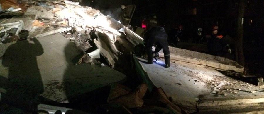 Siedem osób zginęło w następstwie wybuchu gazu we wtorek w Jarosławiu nad górną Wołgą; wybuch spowodował zawalenie się całej klatki pięciokondygnacyjnego budynku. Dziewięć osób rannych trafiło do szpitala - informują miejscowe władze.