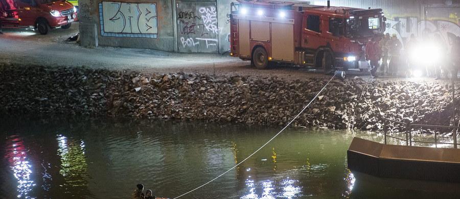 Szwedzka policja do tej pory nie jest w stanie określić, co było przyczyną tragicznego wypadku, w którym zginęli członkowie brytyjskiego zespołu Viola Beach oraz ich menadżer. Teraz biegli wzięli pod lupę samochód z wypożyczalni, którym podróżowali młodzi muzycy. Rzecznik policji Lars Byström potwierdził, że zwodzony most oraz sygnalizacja świetlna przed nim były sprawne.