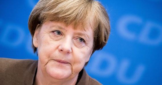 """Komentatorzy niemieckich gazet zgodnie krytykują politykę migracyjną kanclerz Angeli Merkel, wytykając jej, że swoim uporem doprowadziła do izolacji kraju w Europie. Angela Merkel """"poznała granicę swojej władzy"""" - czytamy w """"Sueddeutsche Zeitung""""."""