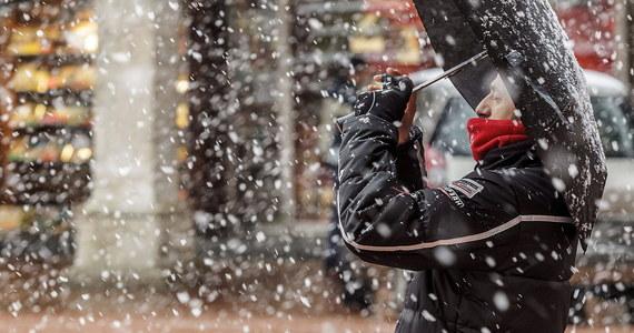 W najbliższych dniach pogoda raczej nie będzie nam sprzyjać. Nad Polskę nadciągną gęste chmury, z których popada deszcz i deszcz połączony ze śniegiem, a w górach śnieg. Dobra wiadomość jest taka, że termometry w ciągu dnia nadal będą wskazywać dodatnie wartości. Noce będą jednak wyraźnie chłodniejsze, chwyci mróz. Synoptycy ostrzegają też, że w środę mocno powieje, w porywach nawet do 90 kilometrów na godzinę.