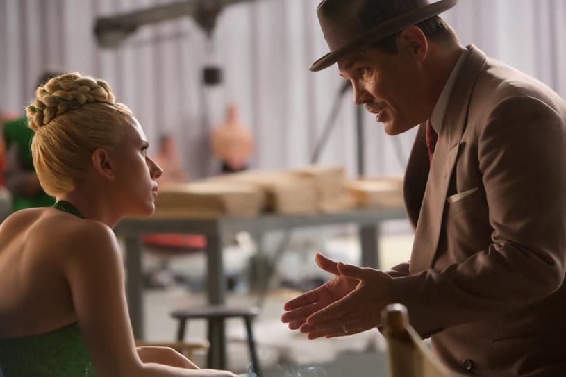 Wyścigi rydwanów to dziś przebrzmiała rozrywka. Nowy film Coenów pędzi właśnie niczym starożytny rydwan: z klasą i spektakularnie. Nic dziwnego, skoro bracia zaprzęgli doń swoich ulubionych aktorów (George'a Clooneya czy Frances McDormand, prywatnie żona Joela). Sami udowodnili już nie raz, że są sprawnymi woźnicami.