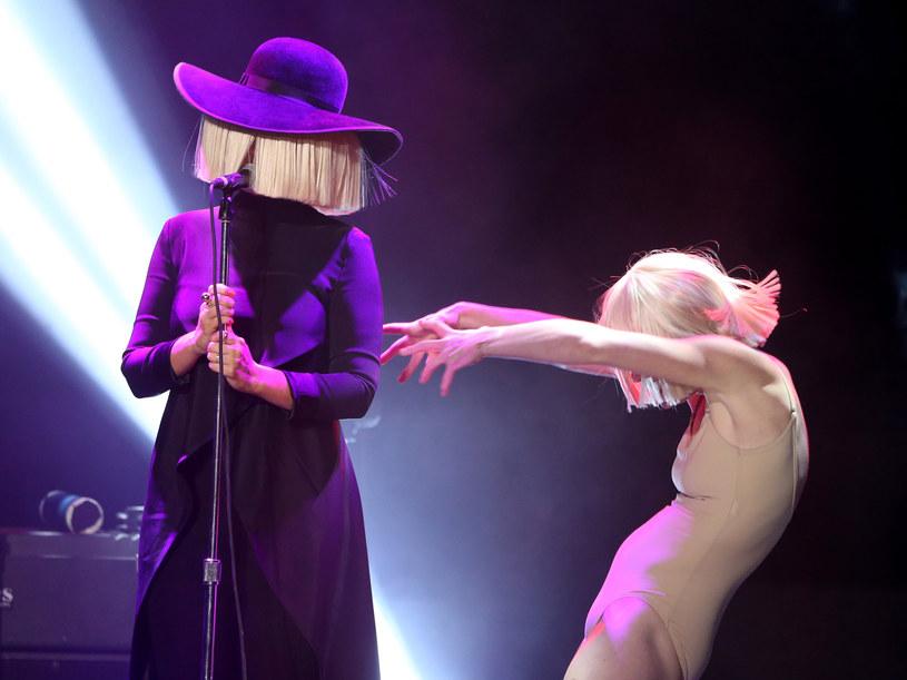 """Sia była kolejnym gościem brytyjskiego komika Jamesa Cordena w jego nagrywanym w samochodzie programie """"Carpool Karaoke"""". W rozmowie z prowadzącym wokalistka zdradziła, dlaczego zakrywa twarz peruką."""