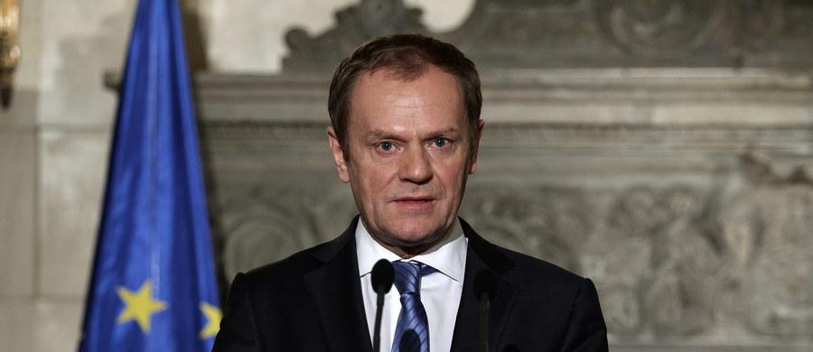 """Szef Rady Europejskiej Donald Tusk ostrzegł, że przed czwartkowym unijnym szczytem porozumienie z Wielką Brytanią nie jest jeszcze przesądzone. """"Po moich konsultacjach z ostatnich godzin muszę uczciwie przyznać: nadal nie ma gwarancji, że osiągniemy porozumienie"""" - twierdzi były polski premier. """"Różnimy się w pewnych kwestiach politycznych i jestem w pełni świadomy, że trudno będzie różnice pokonać. Dlatego namawiam, byście pozostali konstruktywni"""" - zaapelował."""