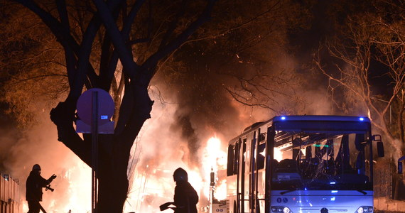 """Z powodu zamachu w Ankarze odwołano zaplanowany na czwartek miniszczyt 11 krajów UE, nazwany spotkaniem """"koalicji woli"""" - poinformowały wieczorem źródła dyplomatyczne. Spotkanie to miało się odbyć w ambasadzie Austrii w Brukseli przed szczytem całej Unii Europejskiej. Miało dotyczyć kryzysu uchodźczego. W ataku w centrum Ankary zginęło 28 osób, a 61 zostało rannych."""