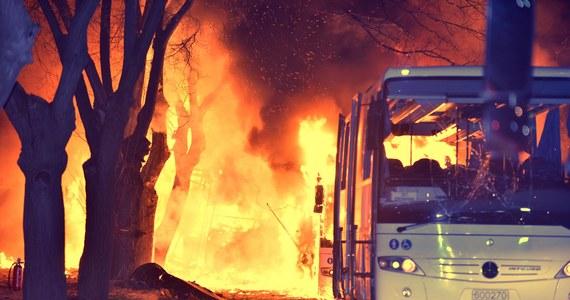 Co najmniej 28 osób zginęło, a 61 zostało rannych w zamachu w stolicy Turcji Ankarze - podało tamtejsze ministerstwo spraw wewnętrznych. W centrum miasta eksplodował samochód pułapka. Sztab generalny tureckiego wojska potwierdził, że celem ataku były autobusy przewożące wojskowych.