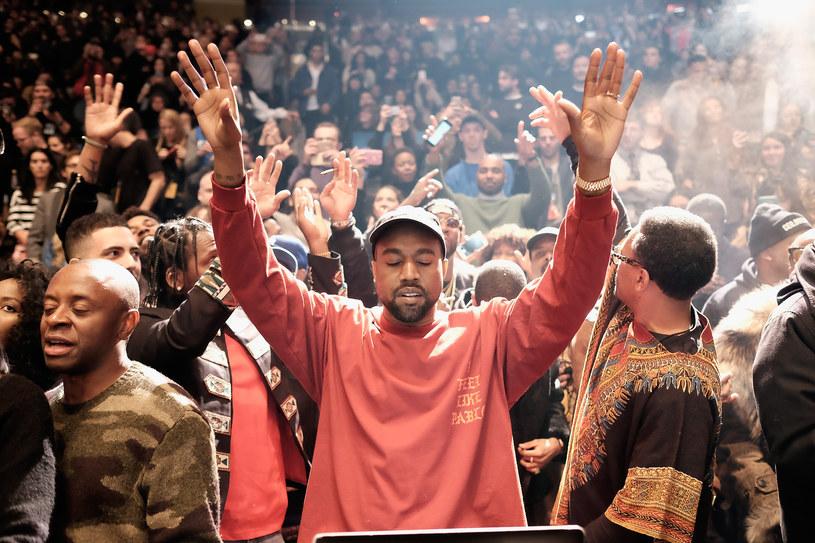 14 lutego Kanye West zaskoczył wyznaniem, że ma 53 miliony dolarów długu. O pomoc poprosił Marka Zuckerberga na Twitterze, ale właściciel Facebooka nie ruszył z pomocą. Zamiast tego ironicznie całą sprawę potraktowali internauci.