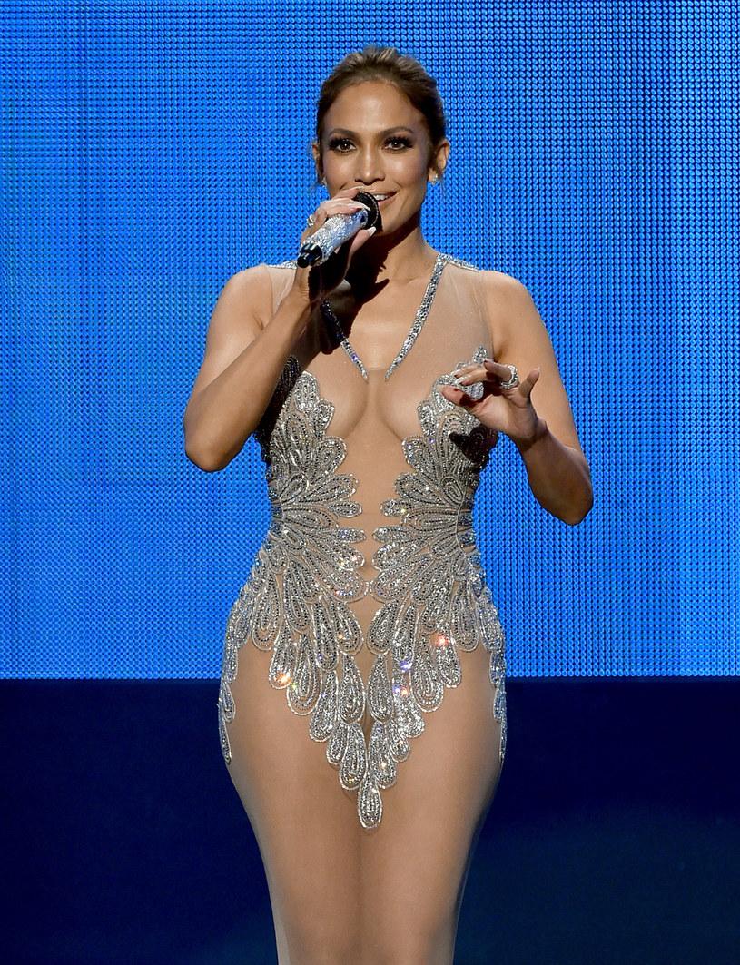 Mama Jennifer Lopez, Guadalupe, jest chyba największą fanką swojej córki. W sieci furorę robi filmik z koncertu gwiazdy, na którym jej mama świetnie bawi się i śpiewa przeboje córki.