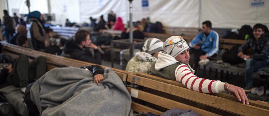 57 proc. Polaków uważa obecnie, że Polska nie powinna przyjmować uchodźców z krajów objętych konfliktami zbrojnymi – wynika z opublikowanego sondażu CBOS.Niechęć obejmuje przede wszystkim uchodźców z Bliskiego Wschodu i Afryki, w dużo mniejszym stopniu dotyczy Ukraińców.