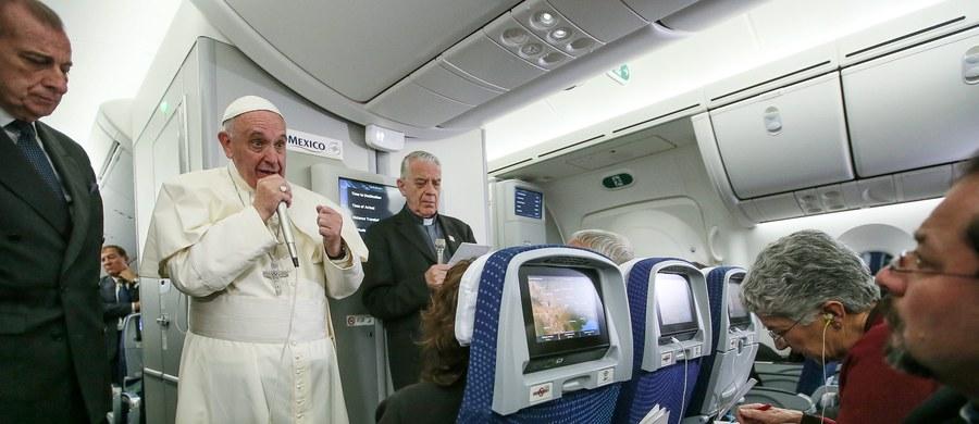 """""""Biskup, który tuszuje pedofilię, powinien podać się do dymisji"""" - powiedział w samolocie dziennikarzom papież Franciszek,  w drodze powrotnej z Meksyku do Rzymu. """"Pedofilia to potworność"""" - podkreślił."""