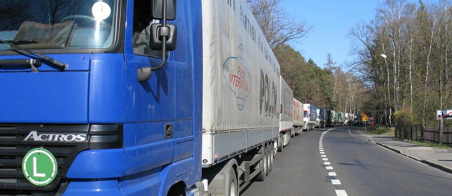 W Moskwie wynegocjowano czasowe porozumienie transportowe między Polską i Rosją  - informuje korespondent RMF FM Przemysław Marzec. Umowa, która będzie na razie obowiązywać przez 2 miesiące, przewiduje po 20 tys. zezwoleń dla każdej ze stron. W tym czasie mają być wynegocjowane ostateczne warunki porozumienia, a Rosjanie mają zmienić przepisy, dyskryminujące polskich przewoźników.