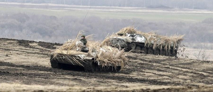 Wywiad wojskowy Ukrainy poinformował, że doradca prezydenta Rosji Władisław Surkow odwiedził niedawno opanowane przez separatystów tereny Donbasu, gdzie omawiał przygotowania do wyborów w samozwańczych republikach oraz nasilenie działań zbrojnych.