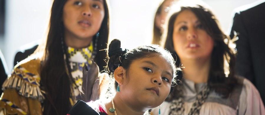 Indianki stanowią 4,3 proc. mieszkańców Kanady, ale są ofiarami aż 16 proc. zabójstw popełnianych w tym kraju na kobietach. W najbliższych miesiącach zacznie się dochodzenie w tej sprawie, którego od lat domagali się Indianie i Inuici. Missing and Murdered Indigenous Women (ang. Zaginione i zamordowane kobiety rdzennych narodów), w skrócie MMIW - tak określa się problem, którego wyjaśnieniem nikt w Kanadzie dotychczas się nie zajął.