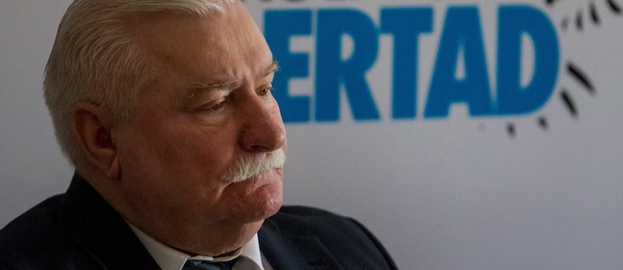 """Lech Wałęsa oświadczył, że wybacza tym, którzy podrabiali na niego dokumenty. """"Wybaczam i jestem przekonany, że robiliście często to z pobudek patriotycznych dla dobra Polski"""" - napisał były prezydent na swoim blogu na Wykop.pl. Po południu były prezydent wystosował również apel do nieznanej osoby, która ma odpowiadać za podrobienie dokumentów dot. jego rzekomej współpracy jako TW """"Bolka"""". """"Dziś pan musi powiedzieć prawdę"""" - napisał polityk."""