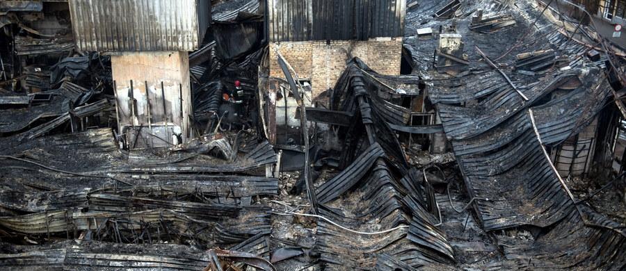 """""""Najprawdopodobniej cały budynek trzeba będzie rozebrać"""" – mówią policjanci o galerii handlowej, która wczoraj w nocy spłonęła w Tczewie w województwie pomorskim. W najstarszym takim obiekcie w mieście zawalił się dach, doszczętnie spłonęło pierwsze piętro."""