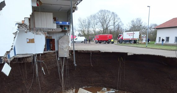 W niemieckiej miejscowości Nordhausen zapadła się ziemia. Powstała gigantyczna dziura, do której zaczęły się osuwać budynki. Nikomu nic się nie stało, bo w środku nie było ludzi. Z czasem krater zaczął wypełniać się wodą. Na miejsce jadą geolodzy, którzy być może wyjaśnią przyczyny powstanie krateru.