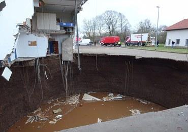 W Niemczech zapadła się ziemia. Powstała głęboka na 40 metrów dziura wypełniona wodą