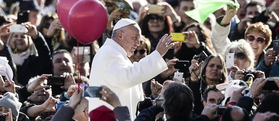 Papież Franciszek podczas nadzwyczajnej audiencji generalnej w sobotę z okazji Roku Świętego apelował, by przywracać nadzieję ludziom ubogim i pozbawionym godności, więźniom, chorym i grzesznikom. To są, dodał, konkretne gesty miłosierdzia i zaangażowania.