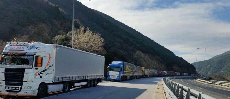 """Wszystkie możliwe przejścia graniczne między Bułgarią a Grecją są zablokowane – poinformował konsul RP w Sofii. Kierowcy ciężarówek, w tym Polacy, stoją w ponad 20 kilometrowych kolejkach. Niektórzy nawet od tygodnia. Jak pan Artur, który zadzwonił na Gorącą Linię RMF FM. """"Nie mamy jedzenia, nie mamy wody"""" - mówił nam."""