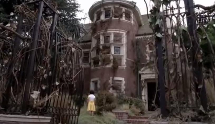 """Wiadomość ta ucieszy zwłaszcza fanów serii """"American Horror Story"""". Znany z pierwszego sezonu serialu nawiedzony dom, w którym mieszkała rodzina Harmonów znalazł się w ofercie portalu Airbnb i można spędzić w nim noc."""