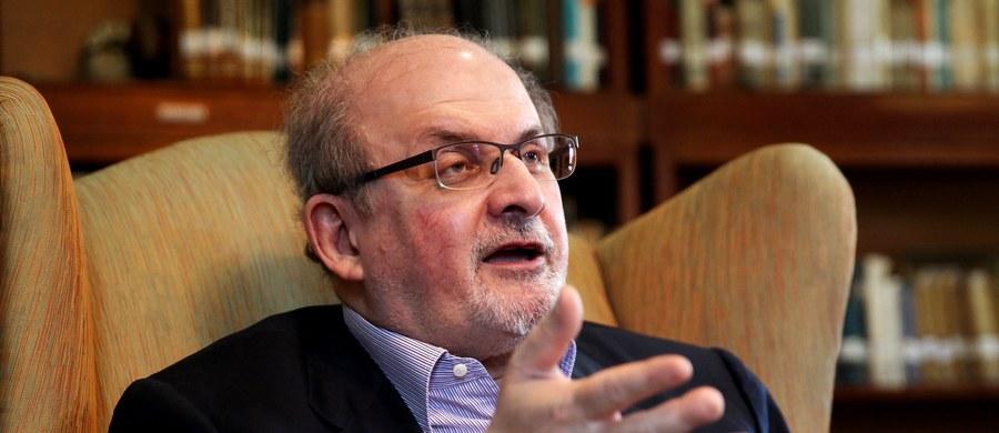 """Państwowe media irańskie dołożyły 600 tys. dolarów do nagrody za zabicie Salmana Rushdiego, autora słynnych """"Szatańskich wersetów"""". Śmierci pisarza zażądał w 1989 roku przywódca islamskiej rewolucji ajatollah Ruhollah Chomeini."""