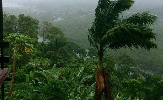Co najmniej 29 osób zginęło z powodu cyklonu Winston, który w ostatni weekend przeszedł nad Fidżi - podały władze tego wyspiarskiego kraju na Pacyfiku. Żywioł spowodował ogromne zniszczenia.