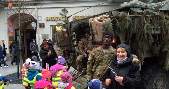 """Około 30 pojazdów wojskowych armii amerykańskiej w trzech kolumnach w ramach operacji """"Knightrider"""" przemieszcza się po Polsce. Dziś """"Rajd Rycerzy"""" dotarł do Łodzi, gdzie na ulicy Piotrkowskiej można było oglądać na przykład transportery Stryker czy polski Wem. Nie brakowało chętnych, żeby spotkać się z Amerykanami, zrobić sobie pamiątkowe zdjęcia, czy zajrzeć do wnętrz pojazdów."""
