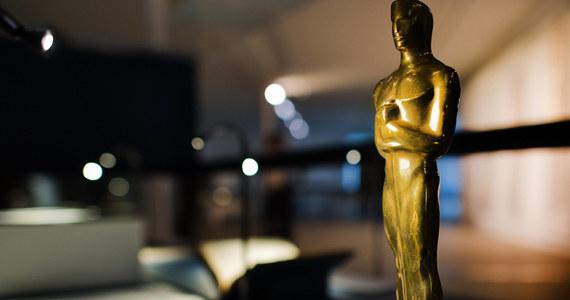 Słynna statuetka, którą otrzymują co roku laureaci najbardziej prestiżowej nagrody filmowej na świecie, w tym roku zaprezentuje się w nieco odświeżonej formie. Jej produkcją zajęła się również inna niż dotychczas firma. Wcześniej trofeum było produkowane w Chicago, a od tego roku - w Nowym Jorku.