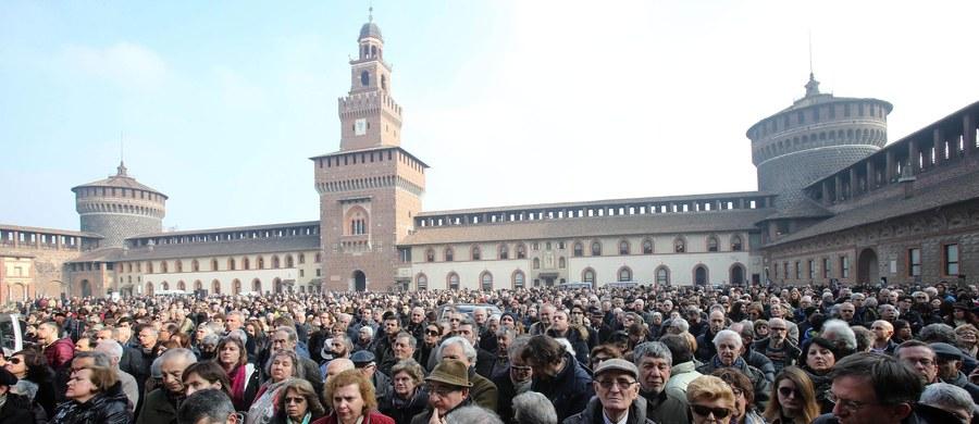 """Na zamku Sforzów w Mediolanie odbyła się świecka ceremonia pożegnania Umberto Eco, wybitnego pisarza, zmarłego w piątek w wieku 84 lat. Uroczystości z udziałem kilkuset osób towarzyszyła muzyka barokowego kompozytora Arcangelo Corellego, którego autor """"Imienia Róży"""" bardzo lubił."""
