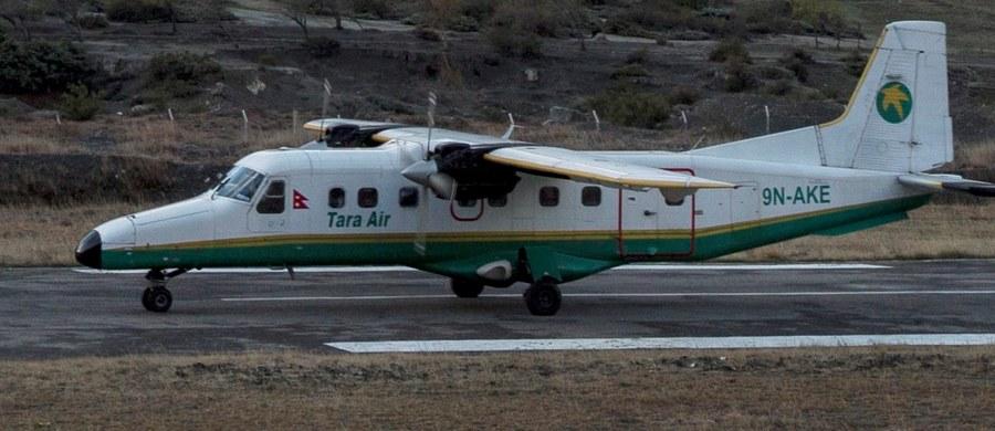 W Nepalu rozbił się niewielki samolot z 23 osobami na pokładzie, który zmierzał z Pokhary do położonego na połnocy kraju Jomsom. Katastrofy nikt nie przeżył. Wieża kontroli lotów straciła kontakt z maszyną niedługo po starcie.