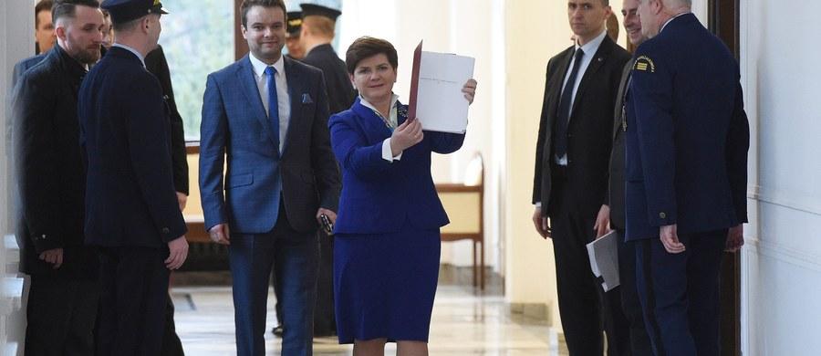 Dziś mija 100 dni rządu Beaty Szydło. Realizacja gospodarczych obietnic Prawa i Sprawiedliwości jest ja na razie wypełniona w dwóch punktach.