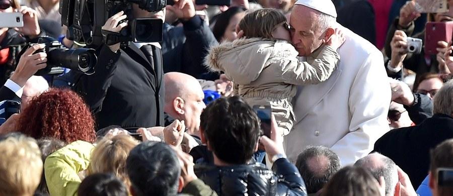 """Papież Franciszek wyznał, że gdyby mógł dokonać cudu, uzdrowiłby wszystkie chore dzieci. Tak odpowiedział na pytanie z listu siedmiolatka z USA. Ten list i inne z odpowiedziami papieża znajdują się w ukazującej się w czwartek książce """"Miłość przed światem""""."""