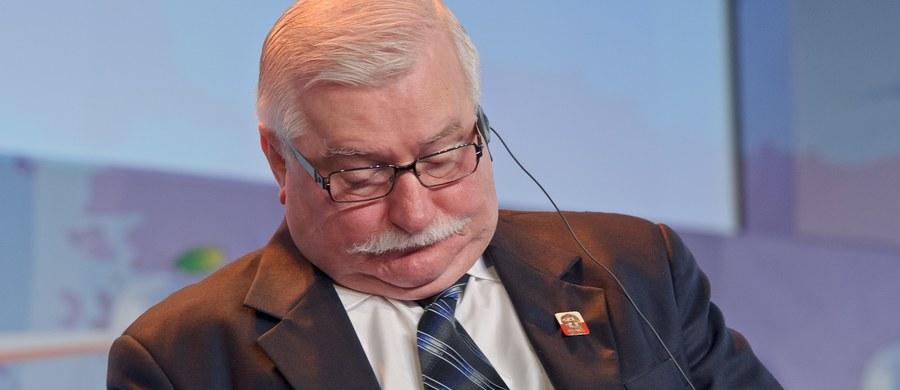 """Były prezydent Lech Wałęsa w kolejnym wpisie na swoim mikroblogu w serwisie Wykop odniósł się do oskarżeń dotyczących współpracy z SB. """"To co pokazuje bezczelnie IPN nie powstało przy moim udziale"""" - napisał. """" Gdybym miał powtórzyć swoją drogę życia nic bym nie zmienił w tym otarcie się o służby PRL"""" - podkreślił (pisownia oryginalna)."""