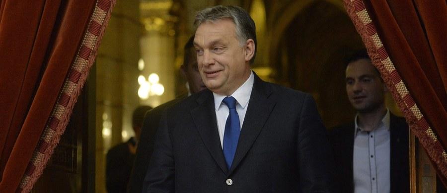 Węgierski rząd postanowił rozpisać referendum ws. zarządzonych przez Unię Europejską obowiązkowych kwot przyjmowania uchodźców - poinformował premier Viktor Orban. Występując na konferencji prasowej w węgierskim parlamencie, oświadczył, że kwoty takie oznaczałyby wyrysowanie na nowo etnicznej, kulturalnej i religijnej mapy Węgier i Europy.
