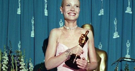 """Suknie, które przechodzą do historii, smokingi, które zmieniają męskie sylwetki na nienaganne, a wszystko to na długim, czerwonym dywanie - to tam prezentują się aktorzy i artyści przed rozpoczęciem gali rozdania Oscarów. Ich kreacje często przechodzą do historii. """"Pamiętna suknia różowa Ralpha Laurena, w której Gwyneth Paltrow odbierała Oscara, została natychmiast później okrzyknięta jedną z najbardziej znanych sukien"""" - przypomina w rozmowie z dziennikarzem RMF FM Romualdem Kłosowskim Tomasz Ossoliński, polski projektant i autor wielu kreacji, w których w Hollywood pokazywali się Polacy."""