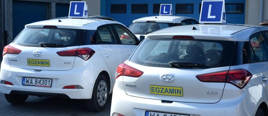 Mimo publikacji nowego rozporządzenia ponad pół tysiąca kandydatów na kierowców z Warszawy będzie mogło przystąpić do egzaminu dopiero w piątek. W czwartek rano niektóre Wojewódzkie Ośrodki Ruchu Drogowego wstrzymały egzaminy, bo dzień wcześniej wygasł stary dokument.