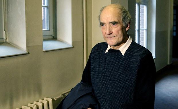 """Przed katowickim sądem okręgowym ruszył dziś proces z sprawie 73-letniego inżyniera Krystiana Brolla, który domaga się od Skarbu Państwa 14,5 mln zł zadośćuczynienia i odszkodowania za bezpodstawne umieszczenie go w zakładzie psychiatrycznym. Mężczyzna, któremu zarzucono groźby karalne, spędził w szpitalu w Rybniku 8 lat. """"Mówiono mi, że mam się przyznać do winy i do choroby, w przeciwnym wypadku mój pobyt może się ciągnąć w nieskończoność"""" – podkreśla Broll."""