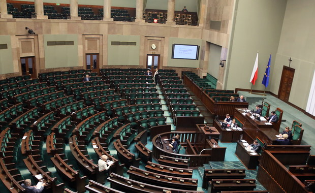 Wieczorem Sejm ma głosować nad tegorocznym budżetem. Znajdzie się tam zapis, że w tym roku budżet państwa zarobi na nowym podatku od sprzedaży dwa miliardy złotych. Już nawet Ministerstwo Finansów przyznaje, że to nieosiągalne.