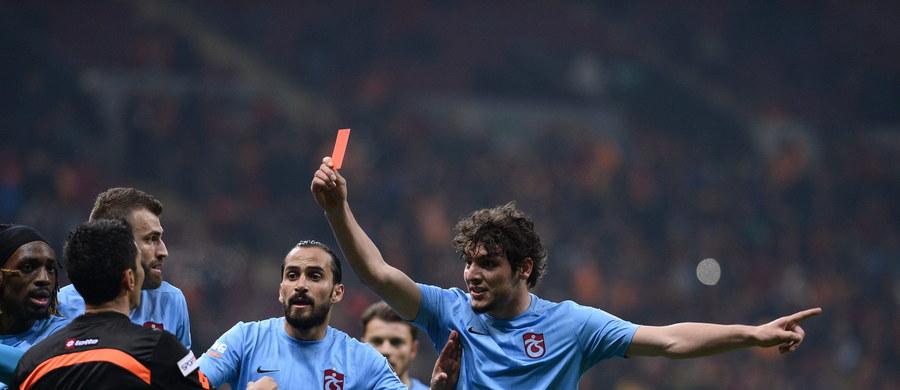 Piłkarz Trabzonsporu Salih Dursun został zawieszony na trzy mecze i będzie musiał zapłacić grzywnę 13 tys. lirów (4 tys. euro) za... pokazanie sędziemu czerwonej kartki w niedzielnym meczu tureckiej ekstraklasy z Galatasaray Stambuł. Do zdarzenia doszło 86. minucie spotkania, gdy sędzia wykluczył trzeciego z kolei zawodnika drużyny gości Belga Luisa Cavandę.