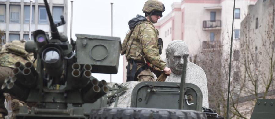 Tzw. szpica NATO to za mało, by odstraszać Rosję przed agresją wobec krajów Europy Środkowo-Wschodniej, dlatego konieczne jest umocnienie obecności wojsk sojuszniczych w tym regionie - przekonuje były szef NATO Anders Fogh Rasmussen. W jego opinii sposobem na odstraszenie Rosjan jest zwiększenie obecności Sojuszu w regionie.
