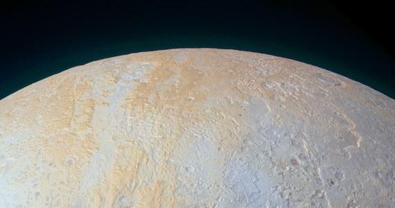 NASA opublikowała najnowsze, podkolorowane nieco, zdjęcie Plutona, na którym widać lodowe kaniony przecinające rejon wokół bieguna północngo tej planety karłowatej. Obraz, przesłany przez sondę New Horizons, pokazuje nowe oblicze Plutona, poszerzając naszą wiedzę o geologicznej różnorodności jego powierzchni.