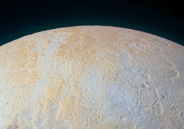 Zobacz lodowe kaniony Plutona
