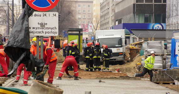 Pożar w budowanym wieżowcu Q22 w centrum Warszawy. Z najwyższych pięter budynku wydobywał się gęsty, czarny dym. Ewakuowano ponad setkę pracujących tam robotników z ekip wykończeniowych.