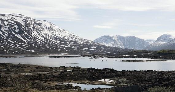 Fatalna pogoda utrudniała akcję ratowniczą w górach w okolicach Grotli w Norwegii. Ratownicy na skuterach i pieszo ruszyli na pomoc grupie 13 Holendrów, którzy kilkakrotnie wysłali sygnał SOS. Z powodu silnego wiatru i śnieżycy nie mógł wystartować śmigłowiec ratunkowy. Turyści byli w trasie na nartach turowych. Po kilku godzinach poszukiwań Holendrzy zostali odnalezieni cali i zdrowi.