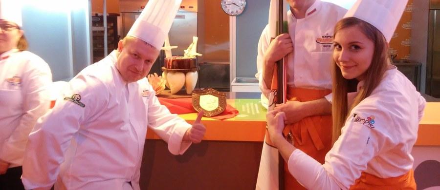 Podbili serca jurorów - mowa o uczniach lubelskiego technikum spożywczego, którzy są najlepszymi młodymi cukiernikami w Polsce. Agata Wolfram i Aleksy Zgierski – o nich tutaj mowa. Zadanie było trudne, bo po pierwsze trzeba było wykonać tort i desery nawiązujące do twórczości Henryka Sienkiewicza, po drugie zadziwić smakiem. Udało się jedno i drugie…