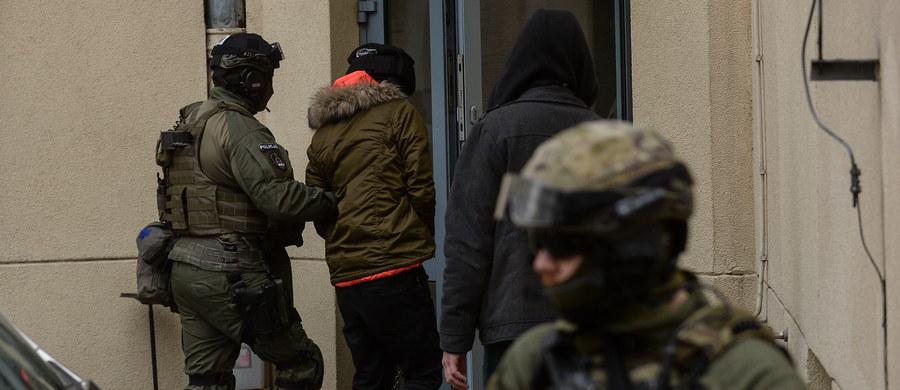 27-letni Kajetan P., podejrzany o brutalne zabójstwo młodej kobiety w Warszawie został dowieziony do warszawskiej prokuratury. Mężczyzna usłyszy zarzut zabójstwa i będzie przesłuchiwany przez śledczych.