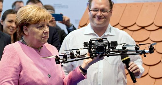 """Humanitarna polityka migracyjna kanclerz Niemiec Angeli Merkel, symbolizowana przez otwarcie 5 września zeszłego roku granicy dla imigrantów, poniosła fiasko – pisze w najnowszym wydaniu tygodnik """"Der Spiegel""""."""