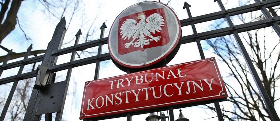 """Trybunał Konstytucyjny został zablokowany, co narusza podstawowe wartości demokracji. Sejm powinien wycofać się z uchwał, którymi naruszył wyrok TK, wybierając nowych sędziów na miejsca obsadzone zgodnie z konstytucją przez Sejm poprzedniej kadencji. Rząd nie może nie zastosować się do wyroków TK - to, jak donosi """"Gazeta Wyborcza"""", główne zarzuty Komisji Weneckiej wobec zmian dot. Trybunału Konstytucyjnego, dokonanych przez PiS. Rzecznik rządu, poproszony przez reportera RMF FM o komentarz, podkreślił, że to na razie wstępna opinia. """"Zgłosimy swoje zastrzeżenia"""" - zapowiedział."""
