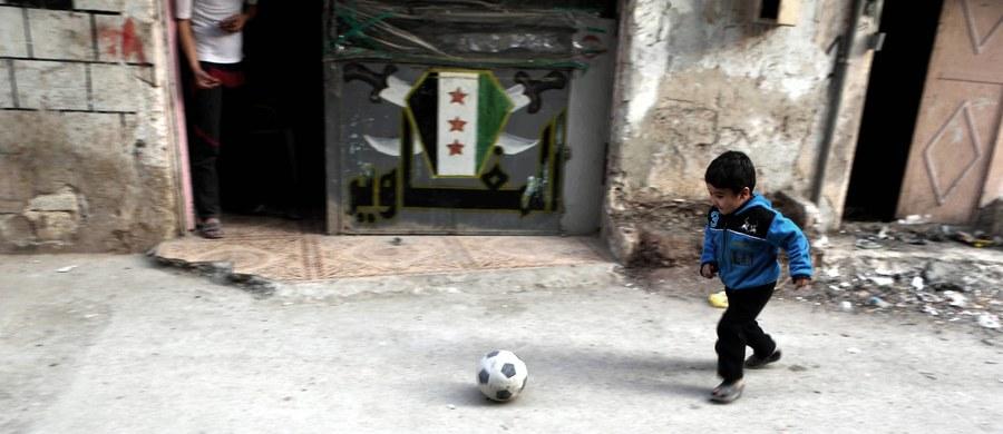 Ugrupowanie syryjskiej opozycji poinformowało, że siły rządowe naruszyły obowiązujące od północy z piątku na sobotę zawieszenie broni. Według rebeliantów, trzej bojownicy zginęli w ataku sił rządowych w prowincji Latakia. Źródła wojskowe twierdzą, że żadnych naruszeń nie było. Syryjskie media państwowe podały natomiast, również powołując się na źródła w armii, że z pozycji rebeliantów dokonano ostrzału Damaszku.