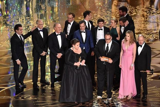 """""""Spotlight"""" w reżyserii Toma McCarthy'ego okazał się najlepszym filmem 88. gali wręczenia Oscarów. Statuetki dla najlepszych aktorów powędrowały do Leonarda DiCaprio (""""Zjawa"""") i Brie Larson (""""Pokój""""). Najwięcej Oscarów  - aż 6 - otrzymał """"Mad Max: Na drodze gniewu""""."""
